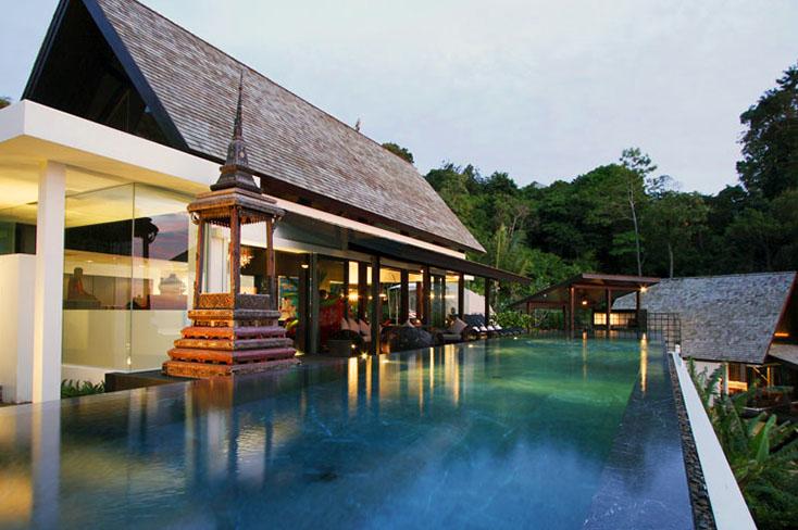 Traditionelle thailändische Villa Holzdeck Fußwege Beleuchtung